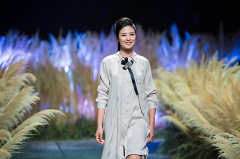 Hong Que 70 kg sau sinh van toa sang trong show thoi trang cua hoa hau Ngoc Han