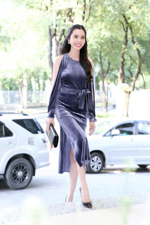 Mặc đồ nhung không những chẳng già mà còn rất gợi cảm như Huỳnh Vy