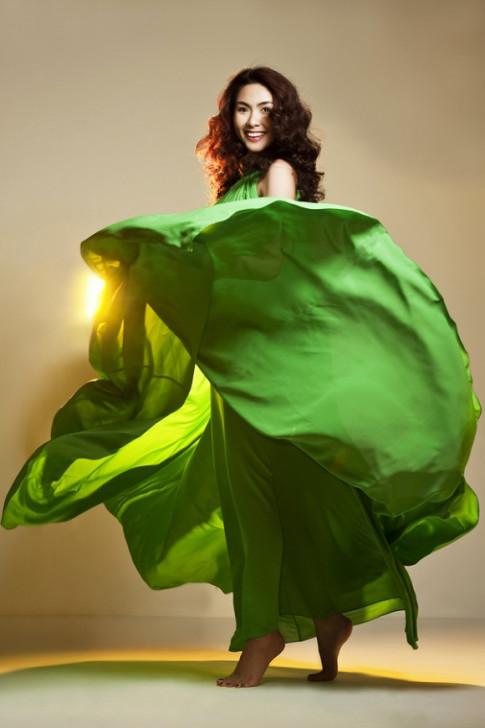 Những pha tung váy maxi đẹp xuất sắc của Tăng Thanh Hà, Angela Phương Trinh