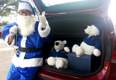 Ong gia Noel di BMW tang qua