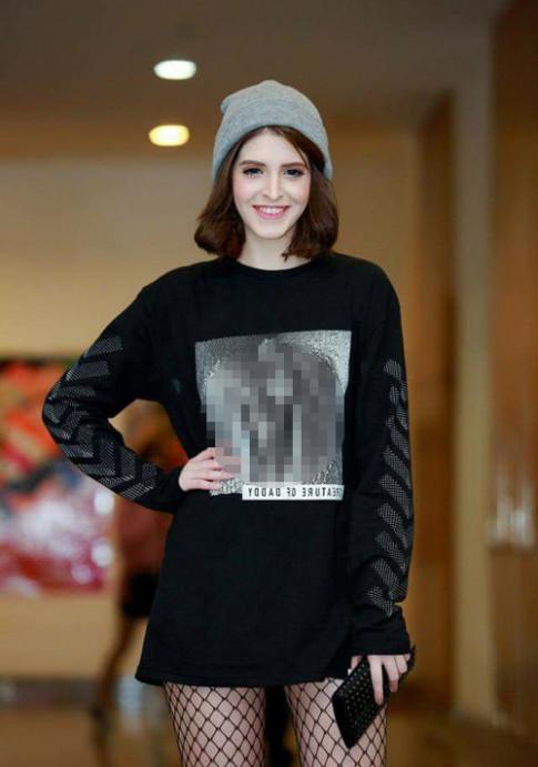 Thời trang sao Việt xấu: Mẫu Tây Andrea bị chỉ trích dữ dội vì mặc áo in hình nhạy cảm