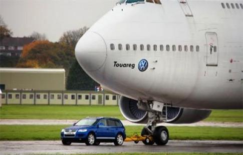 Volkswagen choi troi, dung xe keo may bay