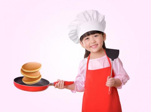 """""""Vui cùng con, làm bánh ngon"""" với bột bánh rán pha sẵn."""