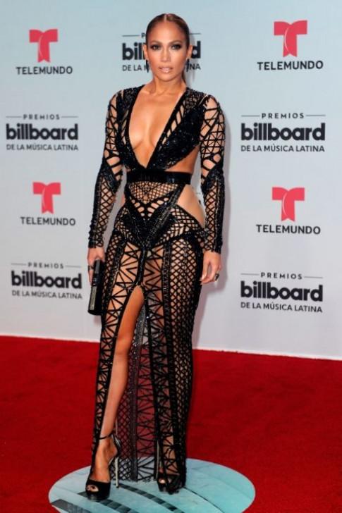 47 tuổi mấy ai dám diện váy xẻ tứ tung, hiểm hóc như Jennifer Lopez