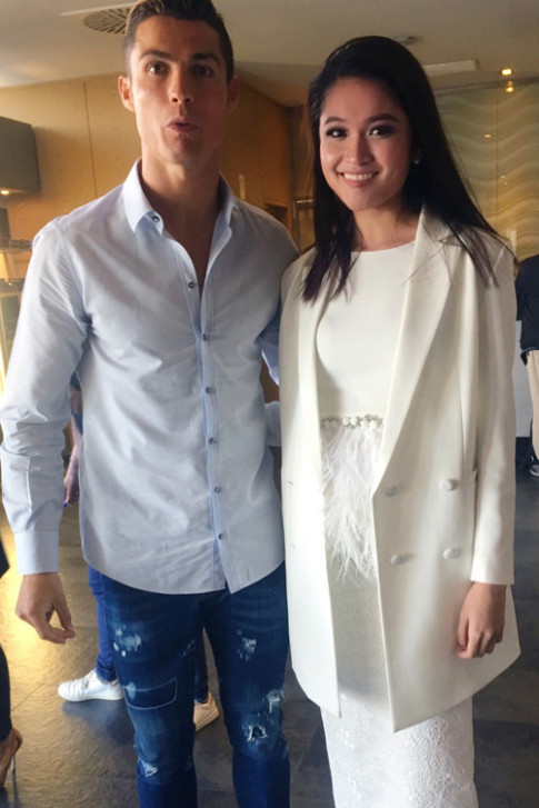 A hau Thuy Dung khoe sac voc rang ngoi nhu doa hong ben Cristiano Ronaldo