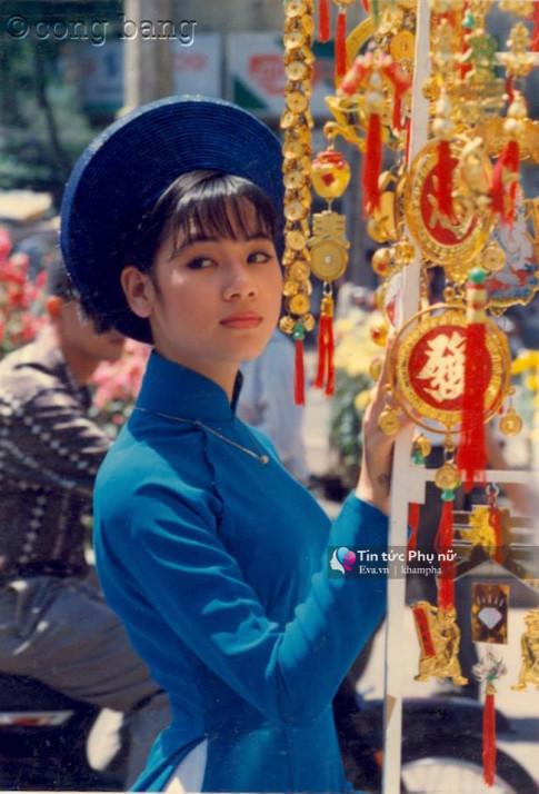 Ảnh hiếm: Thiếu nữ Sài Gòn áo dài e ấp trên đường Nguyễn Huệ 20 năm trước