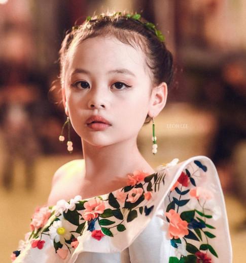 """""""Bản sao nhí Chi Pu"""" chất lừ tại Tuần lễ thời trang trẻ em 2017"""