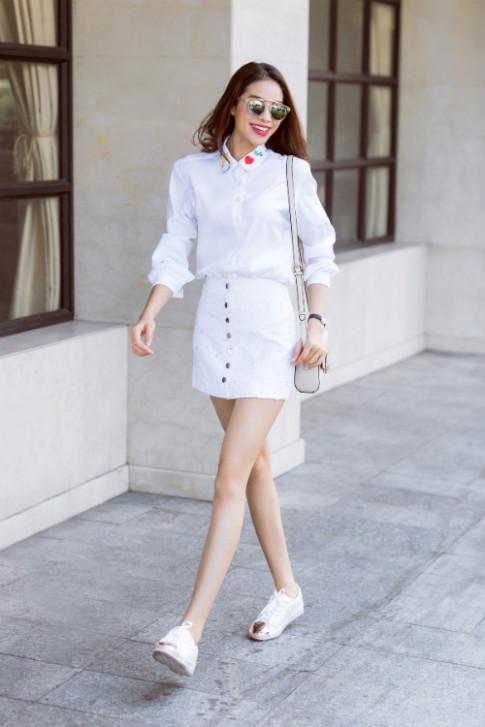 Chỉ với áo sơ mi trắng mà Phạm Hương mặc đủ kiểu vẫn không thể chê được