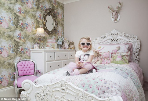 Cô nhóc 3 tuổi gây tranh cãi khi dùng toàn hàng hiệu