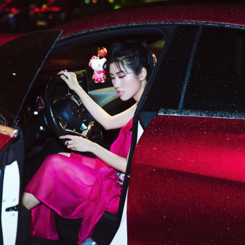 Emily Hồng Nhung đẹp ngọt ngào với đầm cánh sen