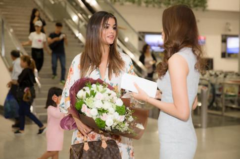 Hoa hậu Phạm Hương hội ngộ cô bạn chí cốt tại Miss Universe năm xưa