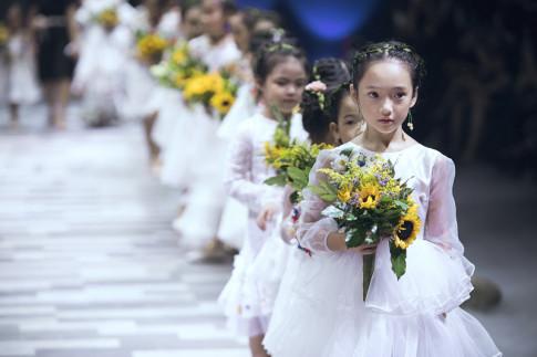 Kỷ niệm 9 năm ngày cưới Ốc Thanh Vân đưa 3 con đi làm mẫu nhí