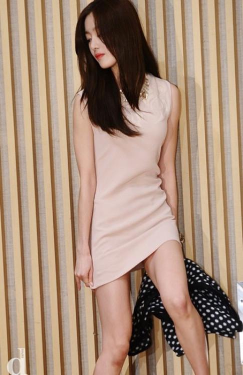 Lạm dụng váy siêu ngắn, sao khổ sở cúi không được, ngồi cũng chẳng xong