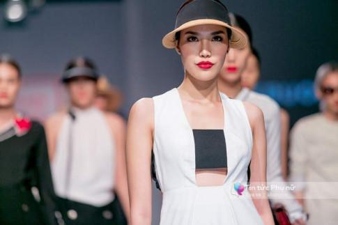 Lần đầu tiên trong lịch sự thời trang Việt, người mẫu catwalk mà chân không chạm sàn