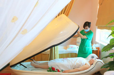 """Lee Nguyễn – """"Phù thủy"""" phun thêu và điêu khắc môi, lông mày"""