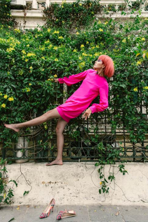 Người mẫu buông giày, vắt vẻo tạo dáng trên ... hàng rào