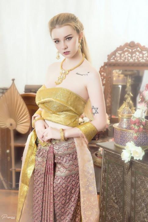 Nữ thần 18 tuổi Thái Lan gây tranh cãi khi mặc đồ truyền thống