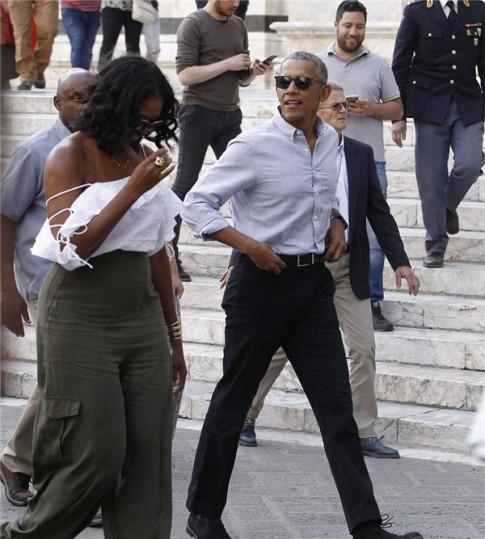 Phu nhân cựu tổng thống Obama bất ngờ gợi cảm trên phố