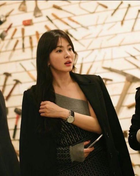 Song Hye Kyo khiến fan phát sốt vì hiếm hoi mặc hở