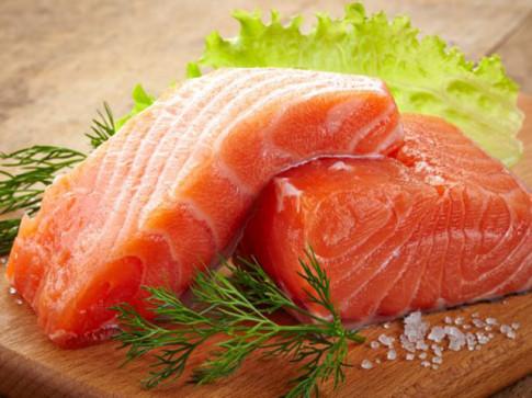 Bé mấy tháng tuổi ăn dặm được cá hồi, đồ biển?