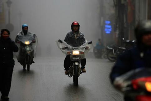 Mưa to gió mạnh: không nên đi xe máy quá nhanh, mà đi với tốc độ vừa phải, giữ vững tay lái
