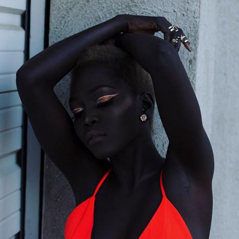 Thêm 1 chân dài có làn da đen không ai bì nổi đang khuấy đảo làng thời trang