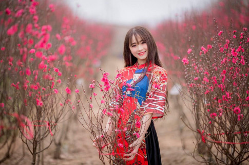 """9x Hà thành gây náo loạn vườn đào vì vẻ đẹp """"vượt mức quy định"""""""