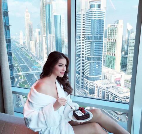 Áo choàng tắm đang là 'hot trend' trong showbiz Việt