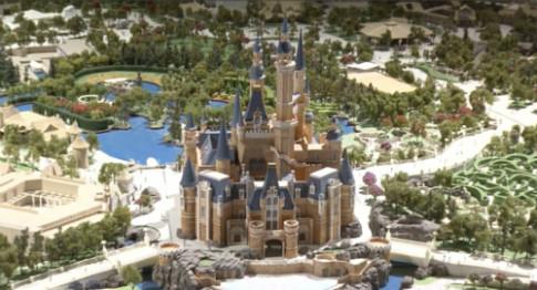 Cậu bé 7 tuổi lấy 10.000 tệ mua vé Disneyland mời bạn bè