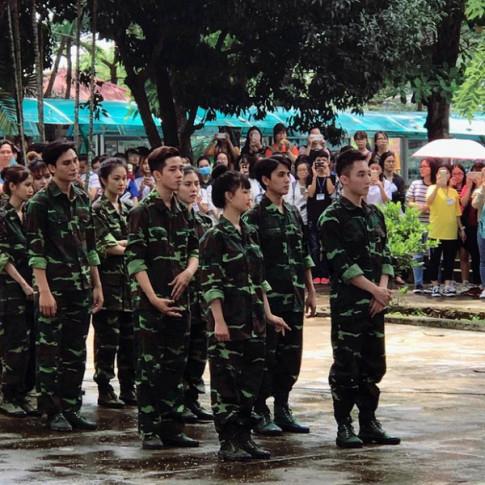 Lộ diện hot boy mặc áo lính chụp chung với Sơn Tùng – MTP gây sốt