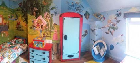 Mẹ tự tay vẽ hình 90 truyện cổ tích lên tường phòng để con đam mê đọc sách