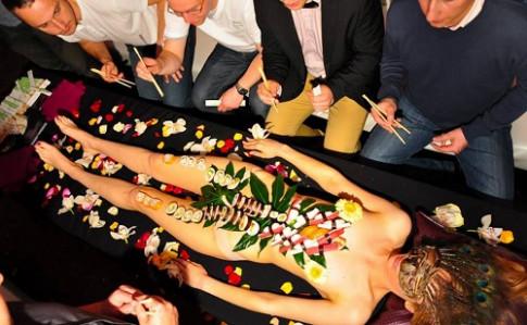Nyotaimori - nghệ thuật sushi trên cơ thể trinh nữ