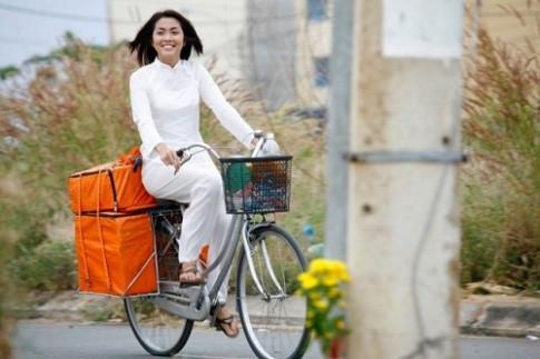 Từng đạp xe bán cơm bụi, Hà Tăng đã xây được cho ba mẹ biệt thự tiền tỷ trước khi lấy chồng
