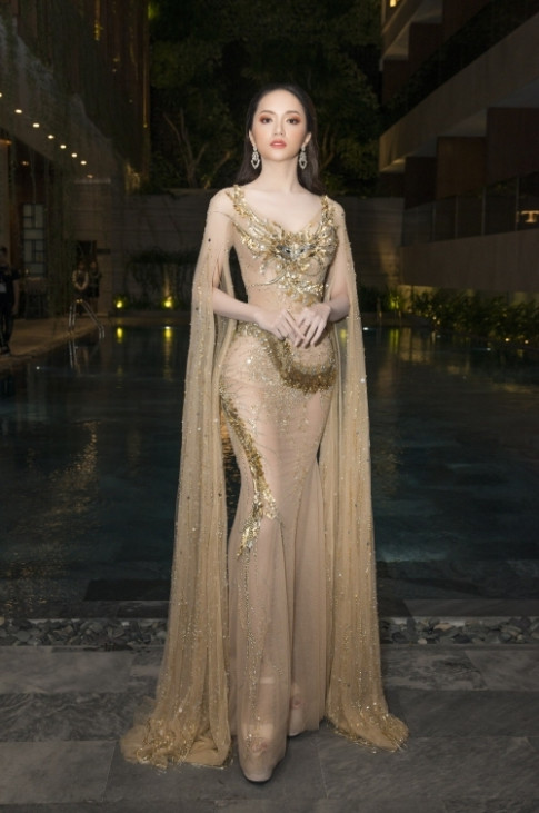 Vừa về nước, Hương Giang Idol lại tiếp 'đụng độ' váy xuyên thấu với Đỗ Mỹ Linh