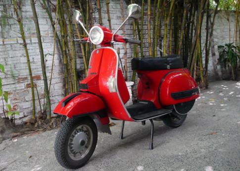 Xe co Vespa PX150 khoe dang o Cam Ranh
