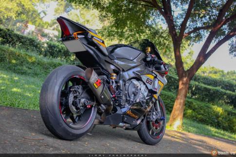 Xe đua thương mại R1 đẳng cấp trong dàn áo carbon và đồ chơi hàng hiệu