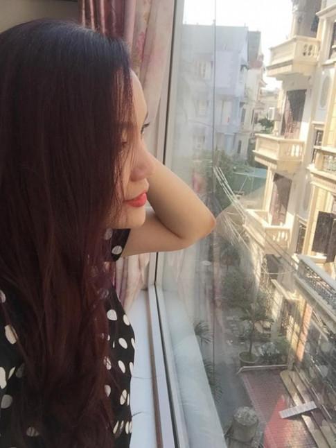 Phong khach ruc ro hoa dau nam cua ca si Ngoc Anh