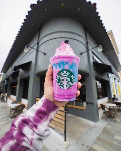 Unicorn Frappuccino, mon ca phe doi mau dang duoc dan song ao san lung
