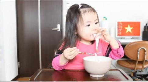 Bé 3 tuổi ăn uống 'cute' hớp hồn dân mạng