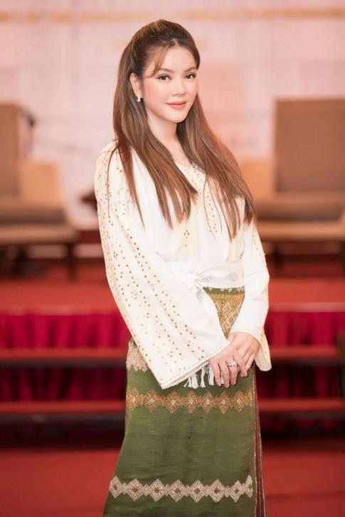 Lý Nhã Kỳ trẻ trung như thiếu nữ 18 khi diện trang phục truyền thống của Ru-ma-ni