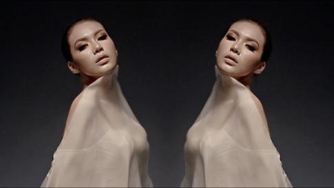 Siêu mẫu Minh Tú bất ngờ hóa nữ thần 2 đầu với thiết kế của Chung Thanh Phong