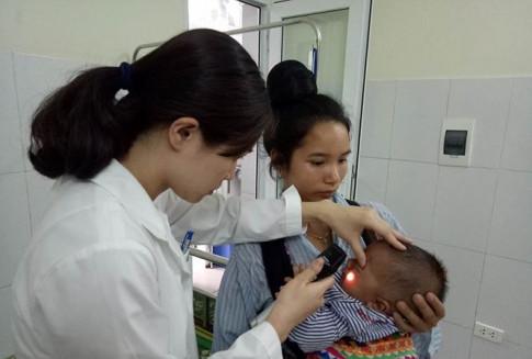 Bé 7 tháng tuổi bị khoét bỏ mắt vì mẹ nhỏ sữa chữa đỏ mắt