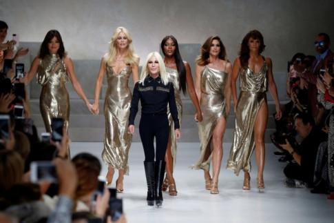 Michael Kors thau tom toan bo co phan cua Versace sau khi chi 2,2 ty USD de mua lai