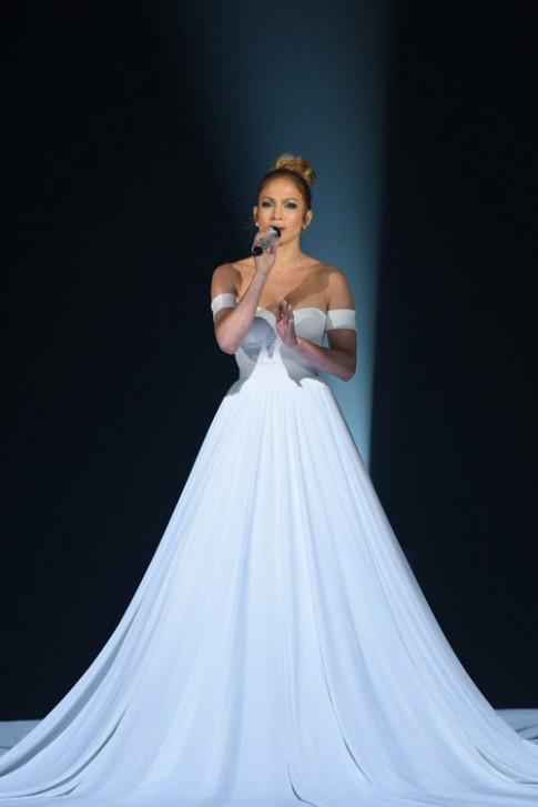 Tròn mắt trước váy đổi màu kỳ diệu của Jennifer Lopez