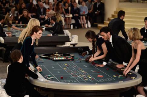 Chanel gây sốc khi biến sàn diễn thành sòng bạc