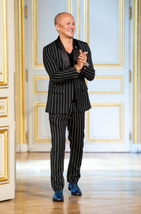 NTK goc Viet khien ca the gioi phai tram tro nguong mo tai Paris Fashion Week