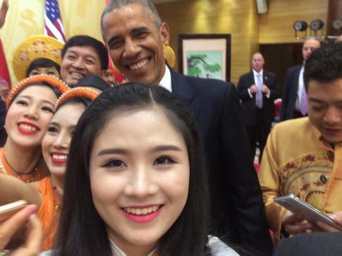 Hoang Hau Phuong Dong, co gai voi cay Guitar Hawaii xuat hien trong le don cuu TT Obama