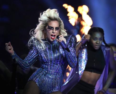 "Lady Gaga ""dot chay"" san khau Super Bowl voi thiet ke cua Versace"