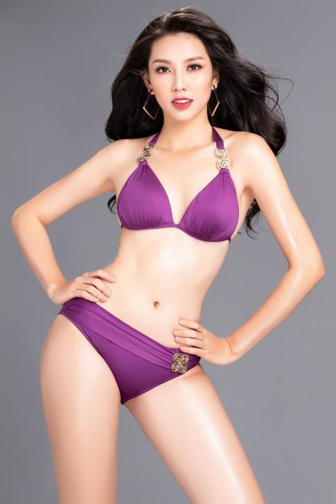 Nguyen Thuc Thuy Tien khoe tron duong cong nong bong trong trang phuc bikini truoc ngay len duong tham du Miss International 2018