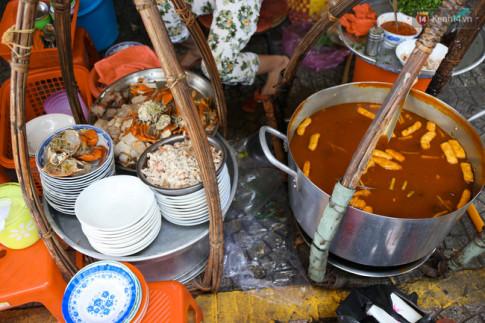 Có gì bên trong bát bánh canh ở vỉa hè Sài Gòn nhưng có giá tận... 240.000 đồng?